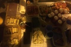 Delicatessen del sopar de Festa Major sota l'alzina.