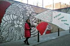 Juliana del Lama posa davant del seu mural.