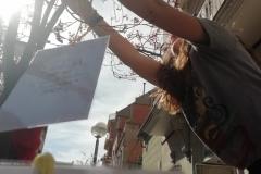 3 de març. Penjada de dibuixos i fotos de l'alzina als carrers del voltant.