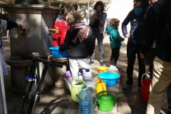 Anem amb galledes, gibrells i garrafes a la font de la Virreina...