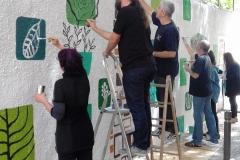 Els membres del col·lectiu, en plena jornada de pintura.