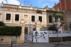 Façana de les dues cases del carrer Encarnació que s'han començat a enderrocar.